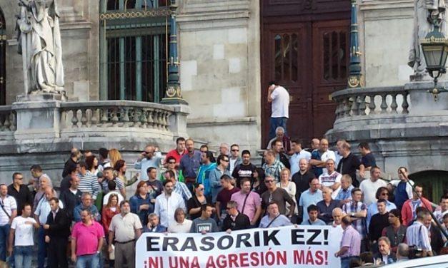Concentración de trabajadores de Bilbobus en protesta por una nueva agresión a un compañero