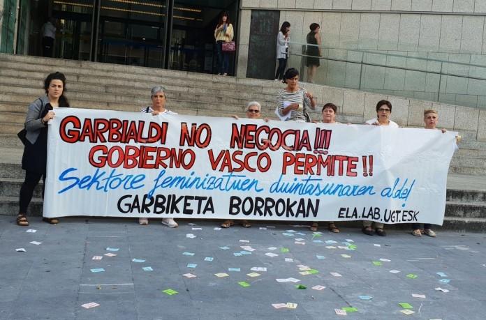 Trabajadoras de la limpieza de comisarias y edificios judiciales de Gipuzkoa deciden continuar con la huelga hasta el 16 de octubre